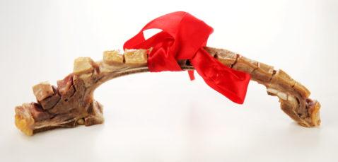 Julemat. Pinnekjøttribbe med rød sløyfe.