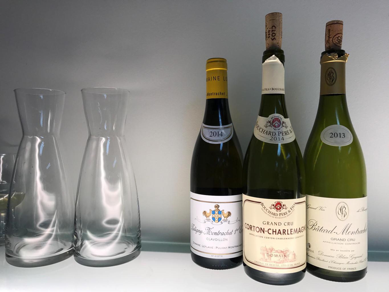 Tre hvite burgundere og karafler